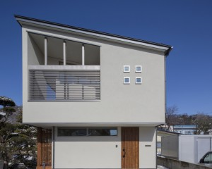 狭小地に建つコンパクトデザインハウス