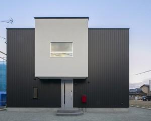 白と黒の箱で構成されたシンプルデザインの住まい