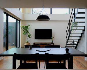 コートハウスでプライバシーを保つ 明るく伸びやかな家